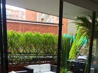 Una vista de una sala de estar con un gran ventanal en Vendo APTO-TERRAZAS en Belmira/Alameda cll 135- 4 habs. Terrazas. Yg