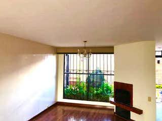 Una sala de estar con una ventana y una chimenea en Vendo Casa de 3 niveles en Santa Paula. YG