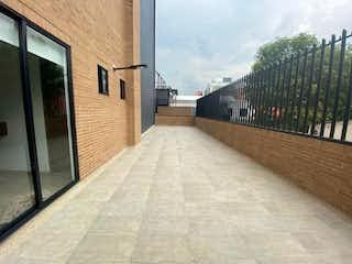 Una estación de tren con un tren en las vías en Vendo apartamento estrenar cerca a Unicentro. 162m + 52m terraza   .ar