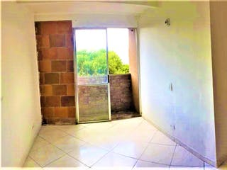 Un cuarto de baño con un inodoro y una ventana en Apartamento en venta en San Javier de tres habitaciones
