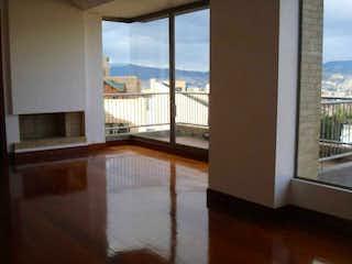 Una vista de una habitación con un gran ventanal en BOSQUE VERDE