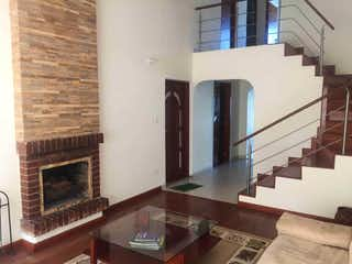 Una sala de estar llena de muebles y una chimenea en Casa en venta en Estrella del Norte de 245mts