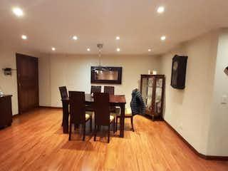 Una sala de estar llena de muebles y un suelo de madera en VENTA APTO REMODELADO DE 155 M2 STA BARBARA OCCIDENTAL-JA