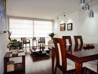 Una sala de estar llena de muebles y una mesa en Santa Barbara 116Mt, Apartamento en venta en Santa Bárbara Occidental de 3 habitaciones