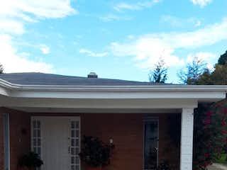 Una imagen de una casa al lado de un edificio en Casa en venta en Barrio San José De Bavaria, 800m² con Jardín...