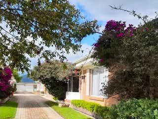 Una foto de una casa con un árbol en Vendo casa,220 M2, 3hab, patio, REMODELAR
