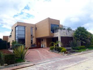 Una calle con un edificio y un edificio en el fondo en VENDO CASA CONDOMINIO CARRETN - CAJIC - JA