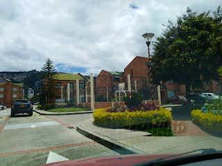 Una calle de la ciudad con un edificio y árboles en VENDO Cómoda CASA  VILLAS DE MEDITERRANEO. YG