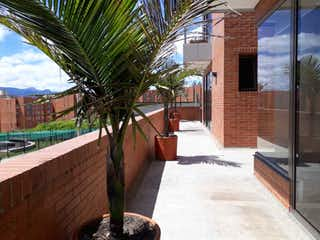 Una vista de una calle frente a un edificio en Vendo Apartamento con Terrazas en LA COLINA 260M2150. CLUB HOUSE-YG