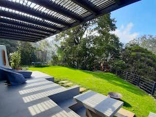 Una fila de bancos de parque en un parque en Venta Casa en la Loma del Escobero parte baja, Envigado