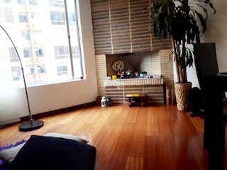 Una sala de estar llena de muebles y un suelo de madera en APTO en ALAMEDA- Belmira-140 Mts, piso 4 exterior-3HESTUDIO. Yg