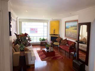 Una sala de estar llena de muebles y una televisión de pantalla plana en Apartamento en venta en Batán de tres habitaciones