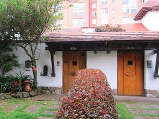 Una casa con un árbol de navidad en ella en PARA VENTA AMPLIA CASA CALLEJA ALTA-JA