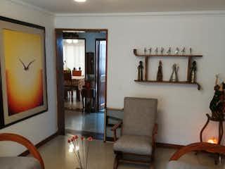 Una sala de estar llena de muebles y una televisión de pantalla plana en Casa en venta en Prado Pinzón de 180mts