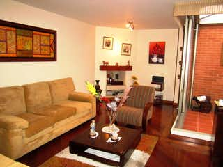 Una sala de estar llena de muebles y una chimenea en Casa en venta en Barrio Colina Campestre de 171mts