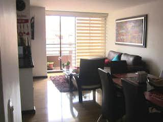 Una sala de estar llena de muebles y una ventana en Apartamento en venta en Barrio Cedritos de tres habitaciones