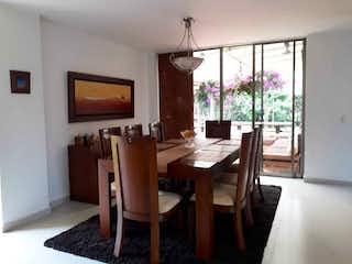 Una sala de estar llena de muebles y una televisión de pantalla plana en Casa en venta en Hacienda San Simón de 1430mts