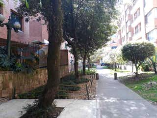 Una calle arbolada con un árbol en el fondo en Vendo Apartamento en Chicó-Virrey, 74Mts, 2hab,.YG