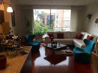 Una sala de estar llena de muebles y una ventana en Apartamento en venta en Bella Suiza de tres habitaciones