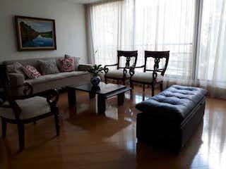Una sala de estar llena de muebles y una ventana en Apartamento en venta en Bella Suiza, 106mt