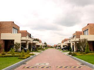 Una vista de una calle con un edificio en el fondo en Casa en venta en Calahorra de 4 hab. con Jardín...