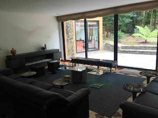 Una sala de estar llena de muebles y una ventana en VENDO  / ARRIENDO  HERMOSA CASA- BOSQUE IZQUIERDO BTA - MJ