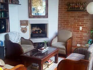 Una sala de estar llena de muebles y una ventana en Casa en venta en Barrio Colina Campestre de 171m