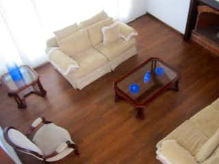 Una sala de estar llena de muebles y un suelo de madera dura en Casa en venta en Contador de 217mts