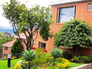 Un edificio con un árbol delante de él en Casa en venta en Colinas De Suba con Gimnasio...