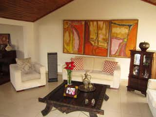 Una sala de estar llena de muebles y una mesa de café en Casa en venta en Contador de 4 habitaciones
