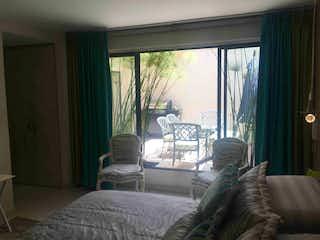 Una cama sentada en un dormitorio junto a una ventana en VENDO LINDO APARTAMENTO STA BARBARA-BTA- MJ