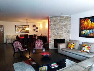 Una sala de estar llena de muebles y una televisión de pantalla plana en Apartamento en venta en Niza Norte con acceso a Jardín