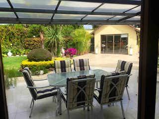 Un par de sillas que están sentadas fuera en Casa en venta en Hatogrande de 4 alcoba