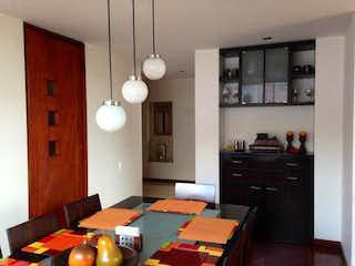 Una cocina con una mesa y una mesa en Apartamento en venta en Bosque de Pinos de cuatro habitaciones