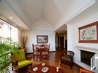 Una sala de estar llena de muebles y una chimenea en HERMOSO APARTAMENTO CHIC RESERVADO