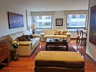 Una sala de estar llena de muebles y una televisión de pantalla plana en Apartamento en venta en Santa Bárbara Central de 3 habitaciones