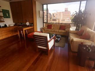 Una sala de estar llena de muebles y suelos de madera en SE VENDE EXCELENTE APARTAMENTO VIRREY