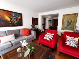 Una sala de estar llena de muebles y una televisión de pantalla plana en  SE VENDE APARTAMETO EN LA CABRERA