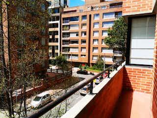 Una vista de un edificio en una calle de la ciudad en APARTAMENTO EN VENTA EXTERIOR EL VIRREY