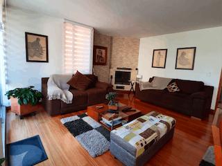 Una sala de estar llena de muebles y una televisión de pantalla plana en SE VENDE APARTAMENTO EN SANTA BRBARA