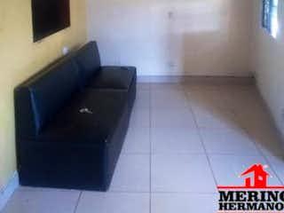 Una sala de estar llena de muebles y una televisión de pantalla plana en ATLANTIDA 1
