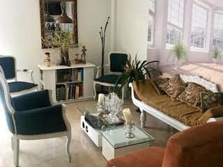 Una sala de estar llena de muebles y una ventana en VENDO APTO SANTABARBARA CENTRAL 114 MT2  25 TZ.