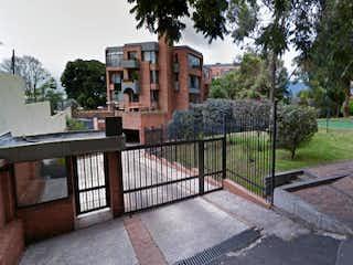 Un banco de parque en frente de un edificio en Conjunto
