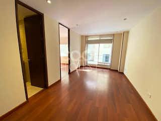 Una sala de estar llena de muebles y un suelo de madera dura en Apartamento en Venta en Bella Suiza