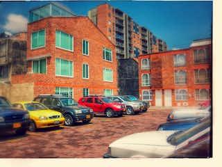 Un par de coches estacionados delante de un edificio en VENTA CASA BOGOTA CANTALEJO