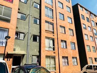Un edificio con un gran edificio delante de él en Apartamento en venta en El Tintal de 3 hab. con Bbq...