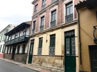 Un gran edificio con un reloj en el costado en Casa en Venta La Candelaria