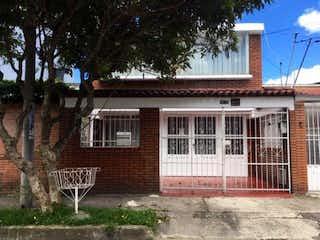 Un edificio de ladrillo con un banco delante de él en Casa en venta en La Serena 165m² con Jardín...