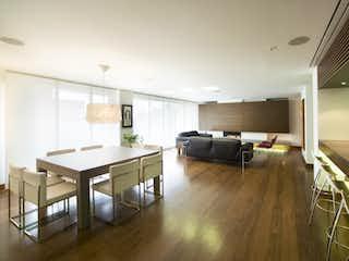 Una sala de estar llena de muebles y un suelo de madera en Apartamento en venta en Rosales, 208m² con Gimnasio...