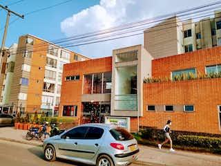 Un par de coches estacionados delante de un edificio en Venta de apartamento en Tintalá (Bogotá)